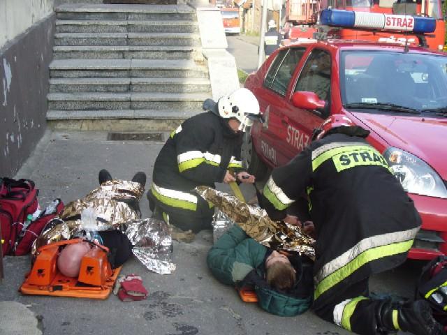 Na zdjęciu: dh Maja Sojka wraz z strażakiem PSP