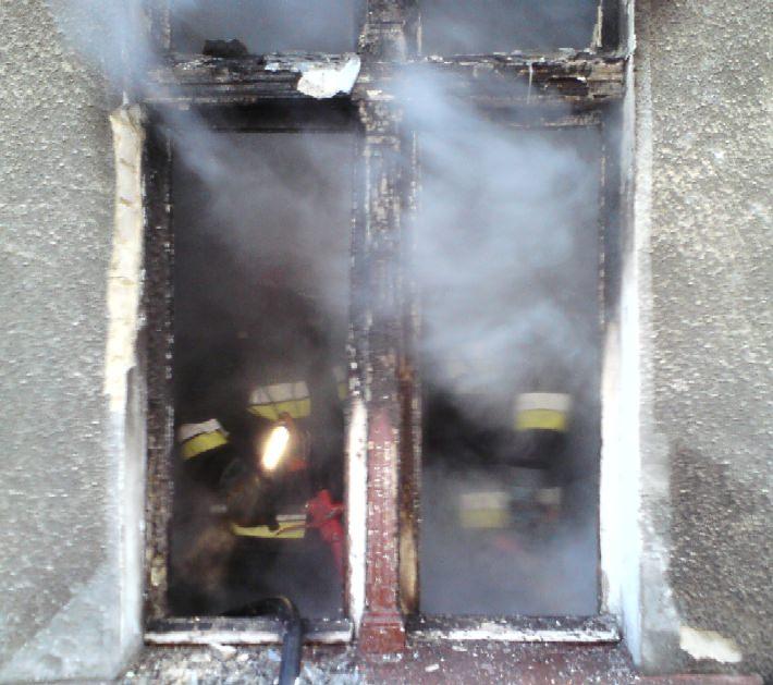 Nasi strażacy w zadymionym pomieszczeniu