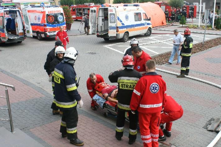 Najciężej poszkodowani byli natychmiast przewożeni do szpitala.