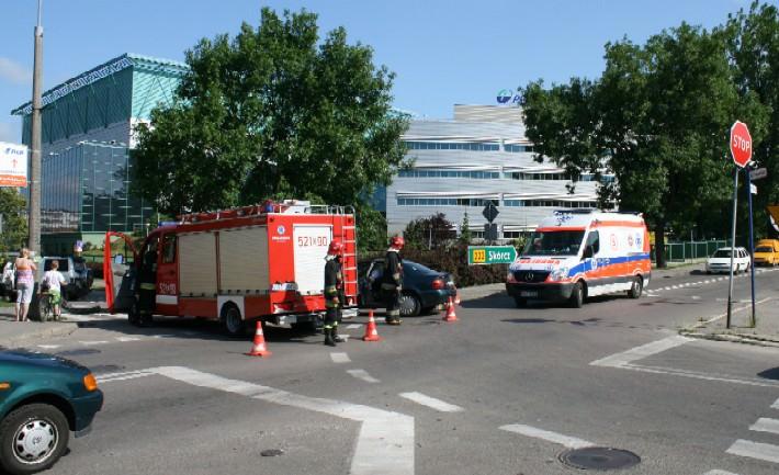 Karetka odwozi poszkodowamych do szpitala